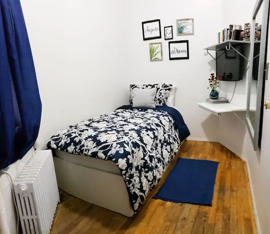 Small Cozy Apartment 4 stops away from 42 st