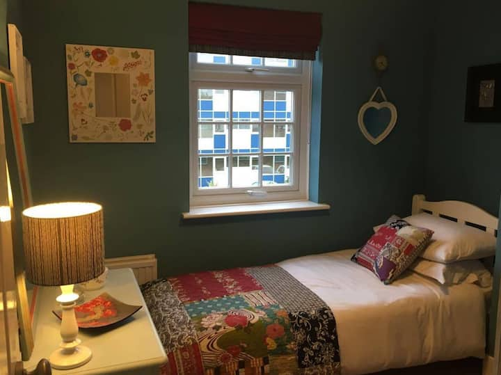 Lovely room - quirky central Southampton townhouse