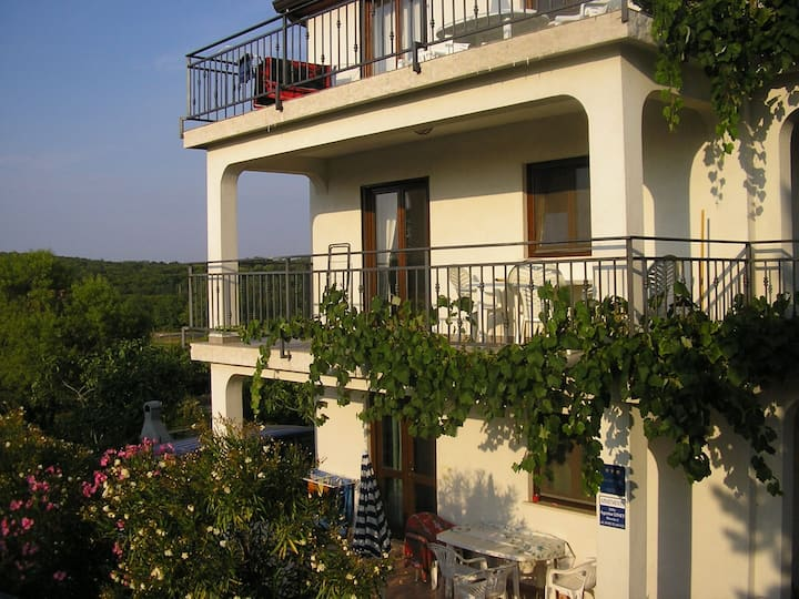House Coki / One bedroom apartment with large terrace and garden view