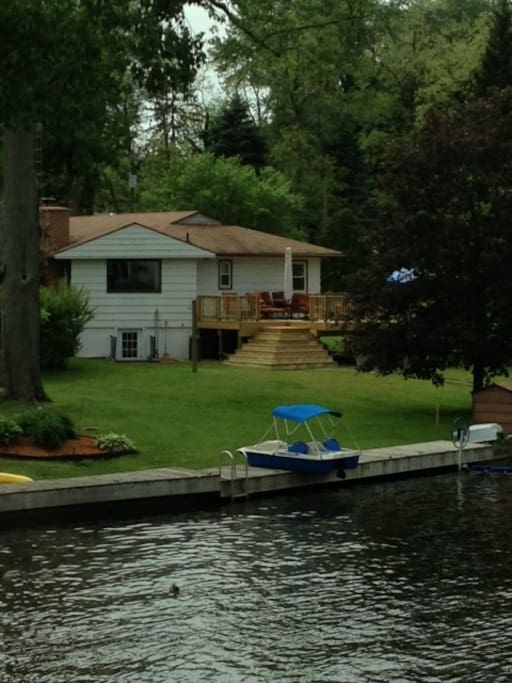 Charming lakehouse 4 bdrm 2 5 bath houses for rent in for Bath house michigan