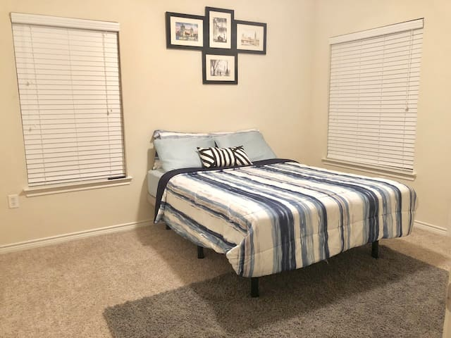 Spacious Private Bedroom close to Downtown
