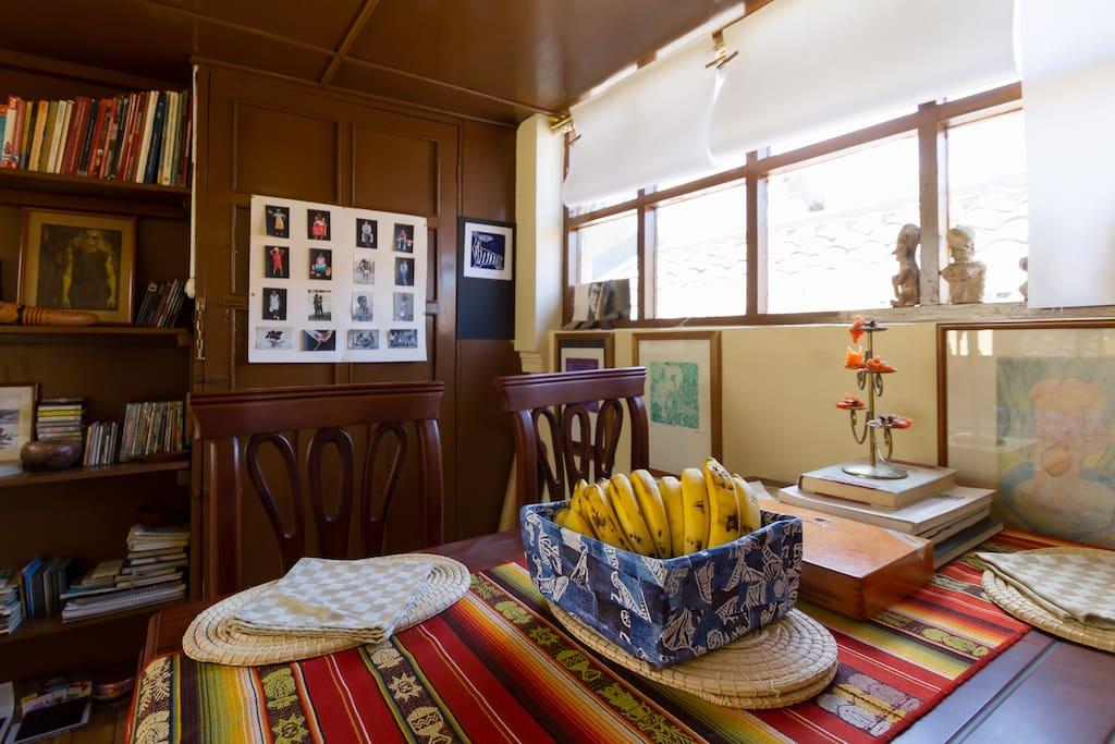 Comedor y biblioteca, disponible para los guests.