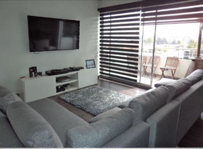 Nice bedroom in front of US Embassy - - Bogotá - Daire