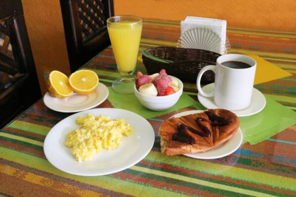 Delicious breakfast for AriBnB clients included in our rates ( Fresh juice , coffee or tea , eggs , fruit , toast ).  Delicioso desayuno incluido  !!