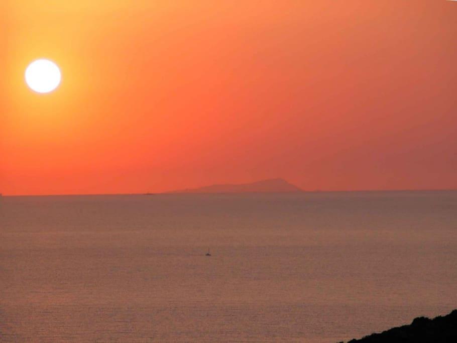 spettacolari tramonti sul mare con vista della costa tunisina