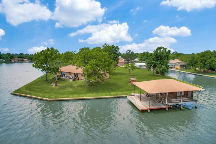LAKE GRANBURY PRIVATE RETREAT...on the open water!