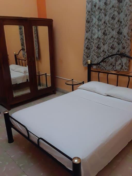 Una de las camas que se encuentran en la habitación