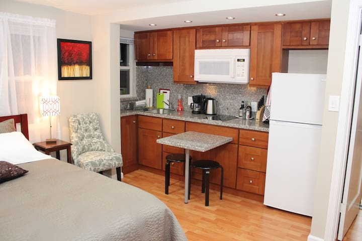 Kitchenette with small sitting area for 3