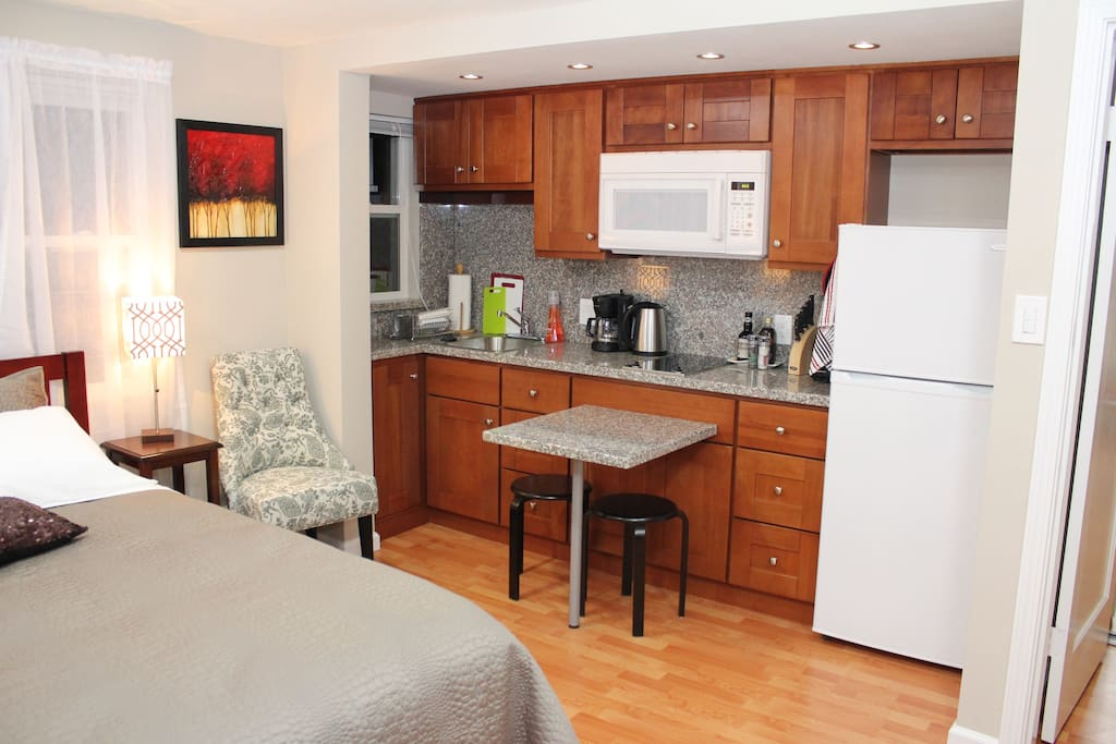 Kitchenette with sitting area for 3