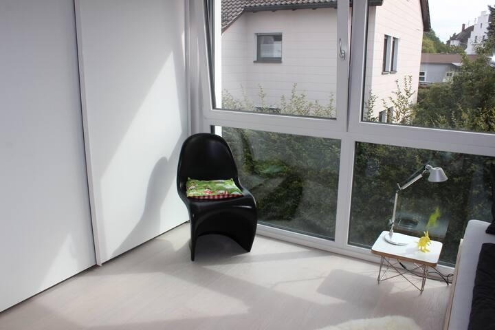 Kleines modernes stilvoll eingerichtetes Zimmer