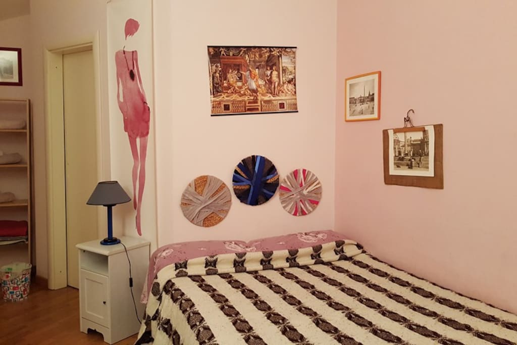 Michelangelo Room: king size bedroom, single bed, cosy and comfortable, with a  lot of space in the shelves and a walk in closet