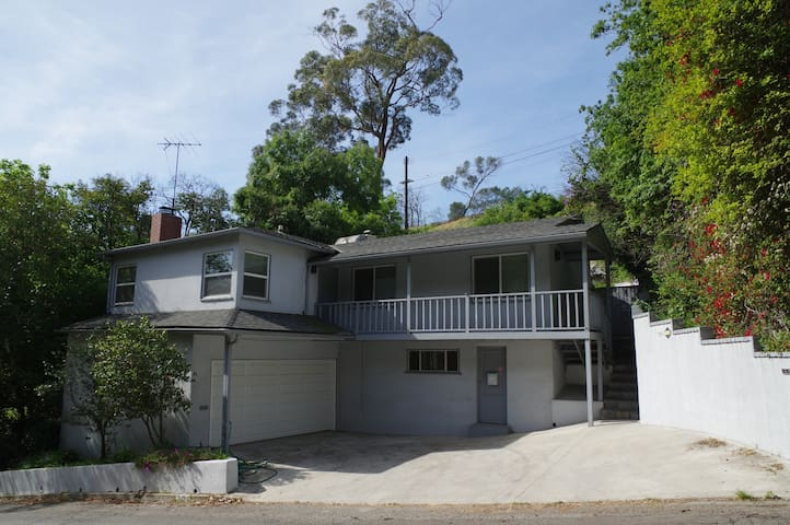 Hollywood hills house large 2 bedroom free parking - 2 bedroom houses for sale in los angeles ca ...