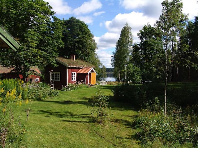 Charming cottage by the lake - Hällefors - Houten huisje