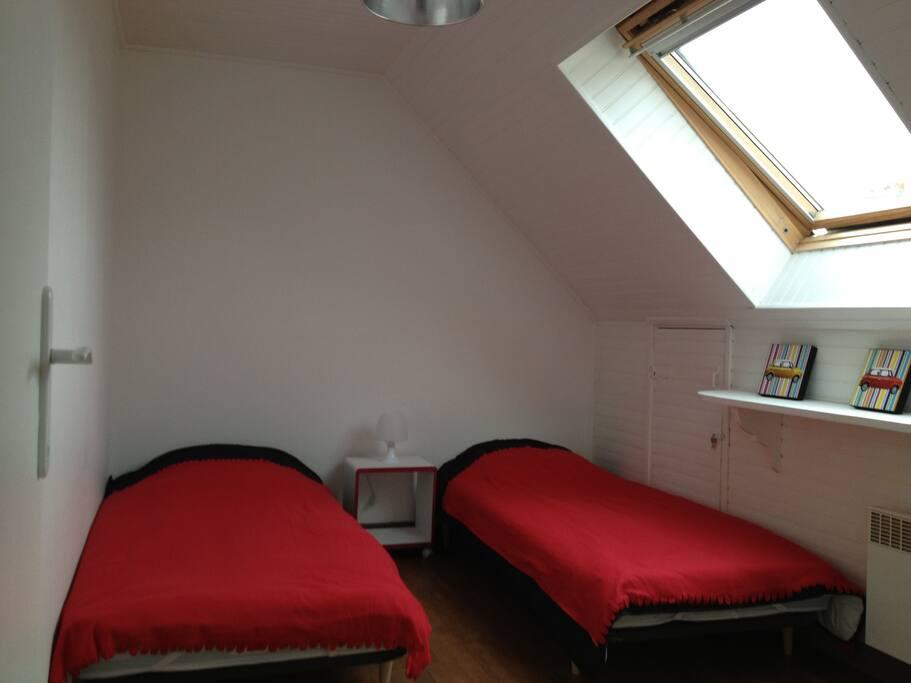 Une des deux chambres à l'identique avec 2 lits de 90