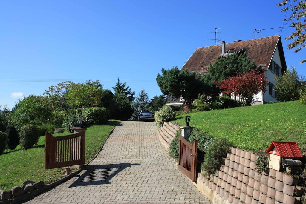 Einfahrt Ostseite / Haus liegt auf ein Hügel in der Ortschaft
