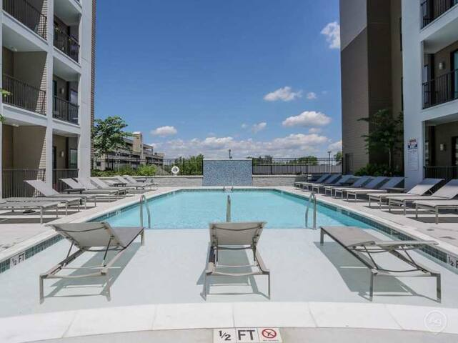 City View -DOWNTOWN Condo! Pool + FREE Parking!!