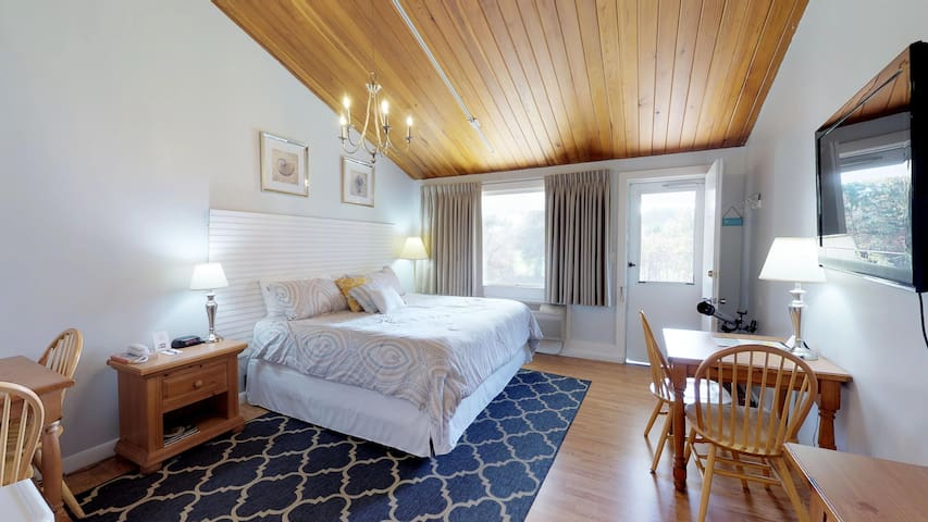 Charming studio w/ shared pool & tennis courts - close to beaches & golf