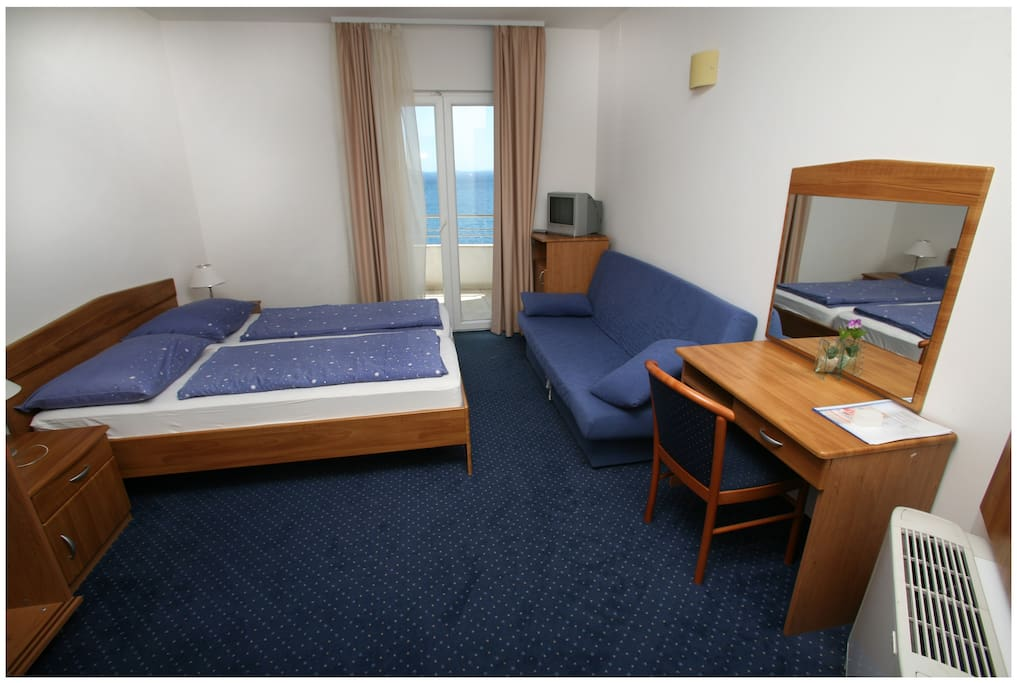 Double room-TV/SAT,mini-bar,balcony with sea view,air-condition,free wi-fi.