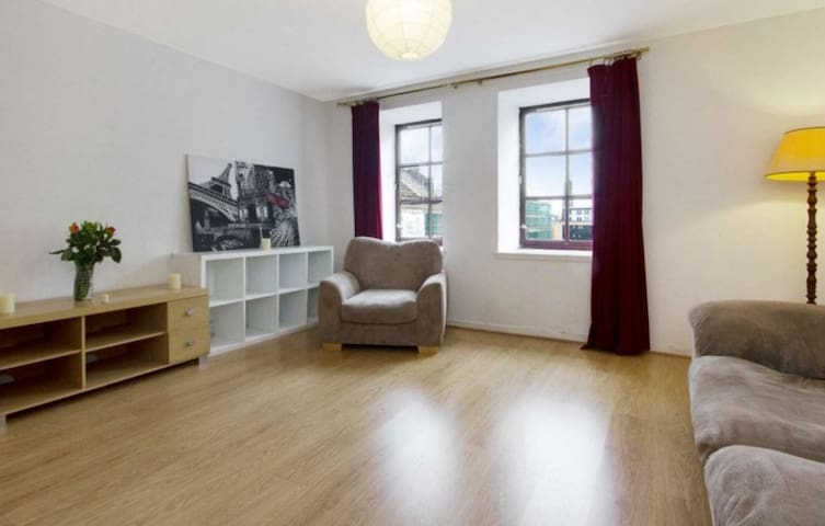 1 bedroom flat with FREE CAR PARK in Merchant City