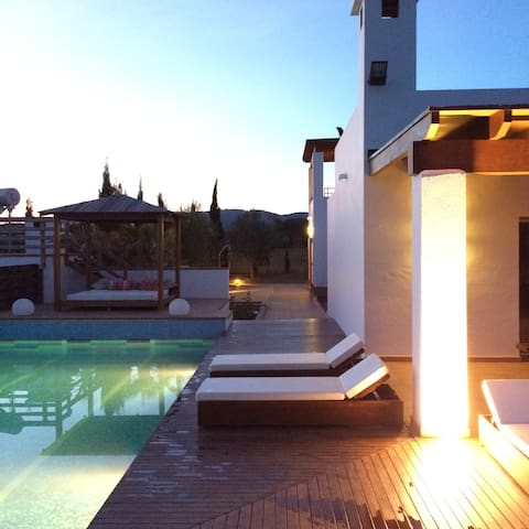 Luxury Country Villa w/Pool & private bathroom Rm3 - Santa Eulària des Riu - Bed & Breakfast
