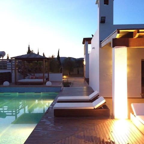 Luxury Country Villa w/Pool & private bathroom Rm3 - 濱河聖埃烏拉利亞 - 家庭式旅館