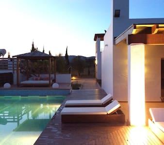 Luxury Country Villa w/Pool & private bathroom Rm3 - 滨河圣埃乌拉利亚 - 住宿加早餐