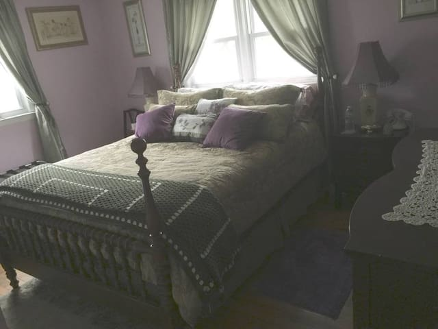 Cozy Retreat #1 -queen size bedroom