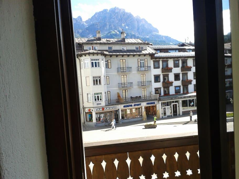 panorama dal poggiolo con vista su piazza e monte Cristallo.