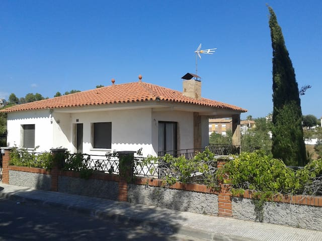 Casa con piscina a 35 min. de Barcelona - Abrera - Ház