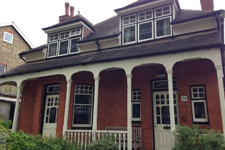 x3 double rooms in lovely home - Carshalton - บ้าน