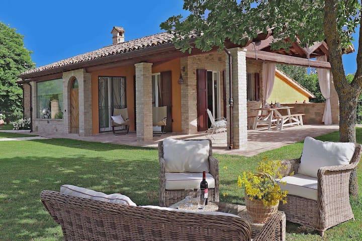 Villa con piscina privata e giardino, vista mozzafiato, vicino a Urbino