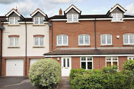 Beautiful 6 bed modern Townhouse