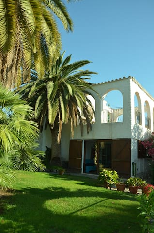 Villetta a due piani con giardino chambres d 39 h tes for Piani artigiani con suite in suocera