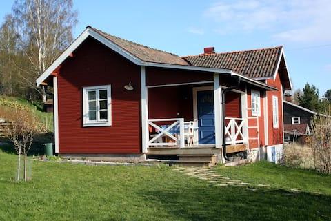Kis bájos házikó Tibble faluban Dalälven közelében