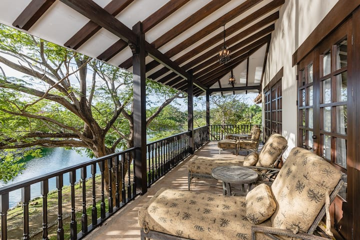 Luxury 2-Story Lakefront Vacation Villa for 8!