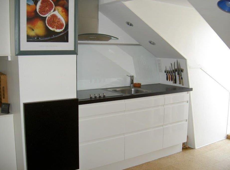 kitchen with dishwashing machine