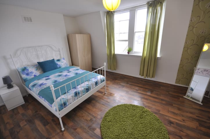 (4BFORD-7)PRIVATE ROOM FOR 2 CLOSE TO TOWER BRIDGE