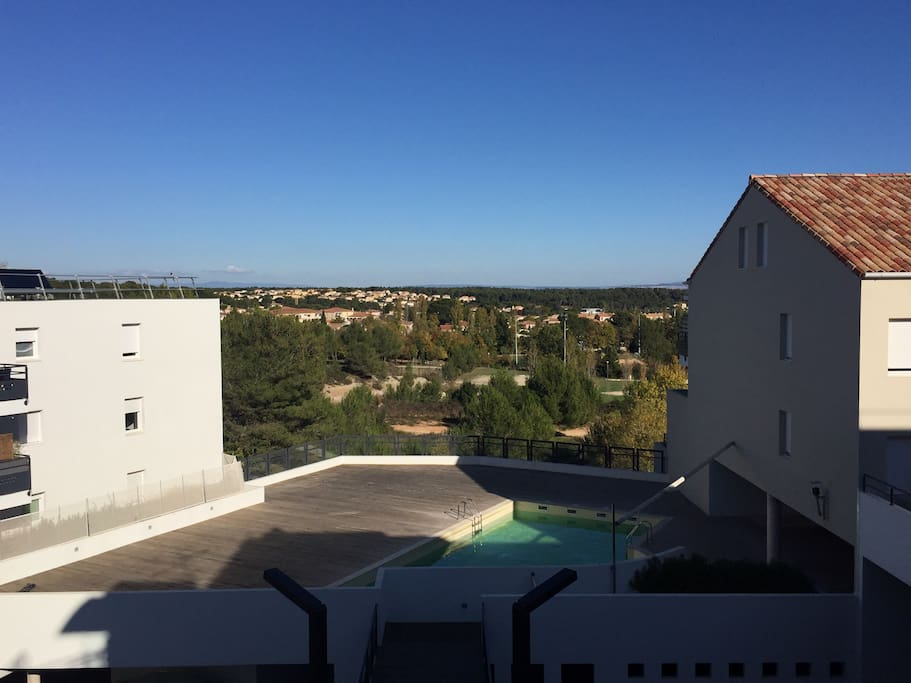 la vue et la piscine accessible aux résidents
