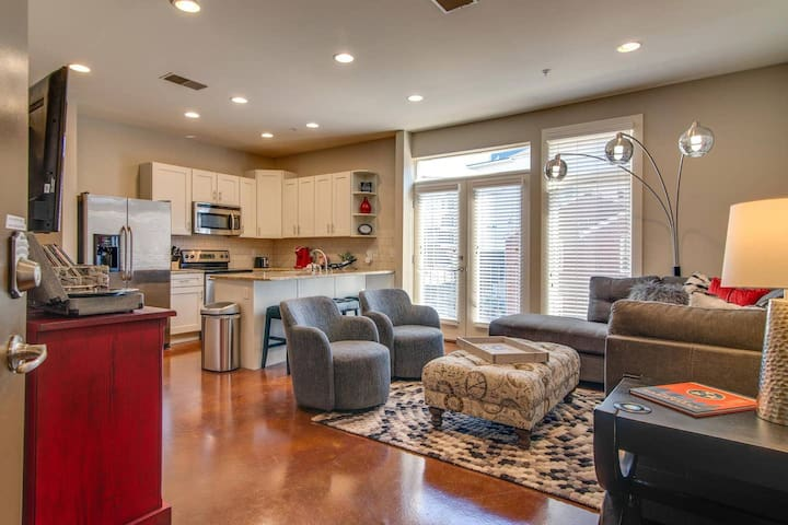 Modern Condo 3 Miles to Broadway, Phillips Place Unit #5