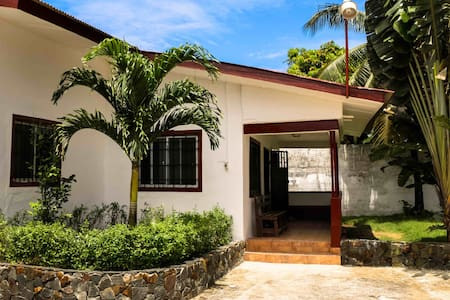 Cozy three bedroom house in the heart of Monrovia - Monrovia - Casa