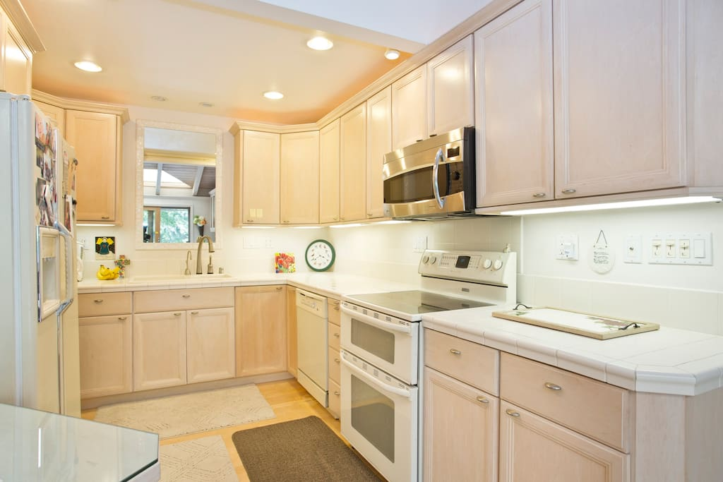 Full Kitchen with granite counters