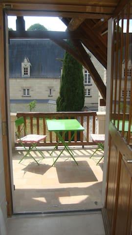 Terrasse et accès à la chambre - Terrace and access to the room