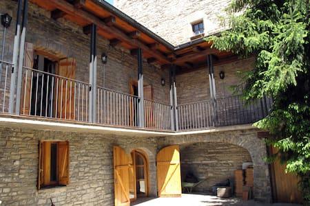Espaciosa casa piedra, chimeneas, ideal ski - Biescas - Ev