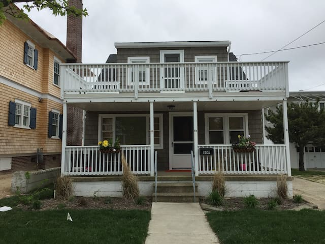 Newly Renovated Classic Garden's Beach House