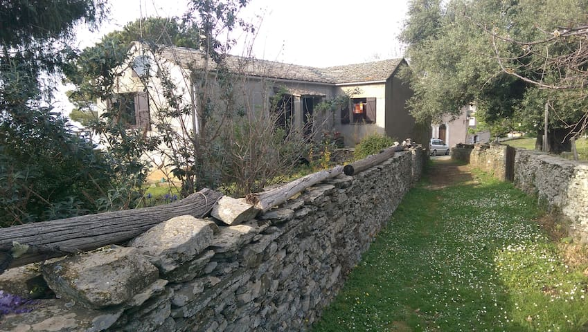 Corsican cottage and gardens with sea view. - Canari - Ház