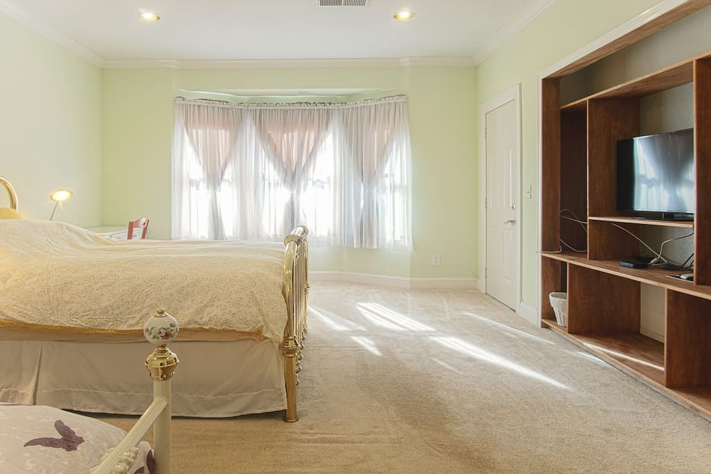 Master Bedroom - Luxury Mattress - Enjoy DirecTV