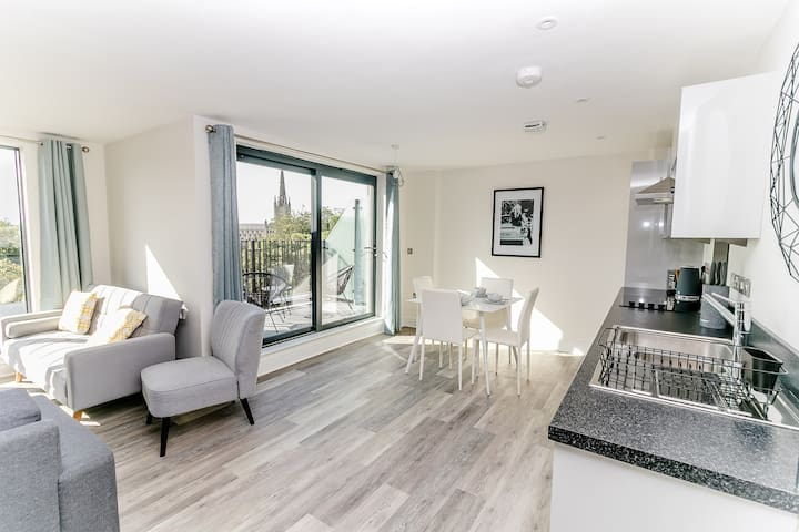 Stunning Apartment w Cathedral view / free parking