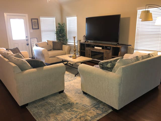 Clean spacious modern HM near IAH, Exxon,Woodlands