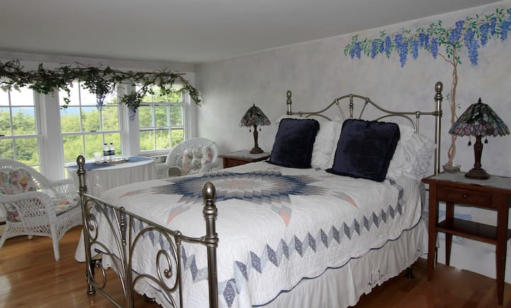 Maguire House Bed and Breakfast-Wisteria Room