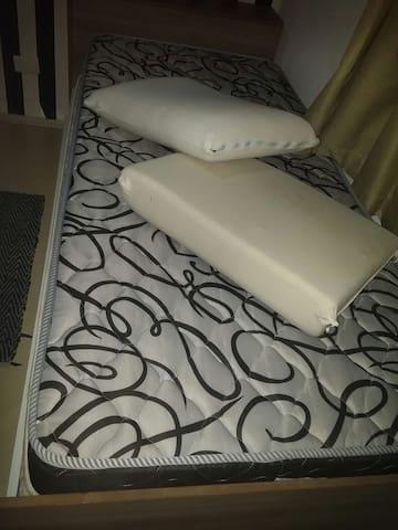 01 quarto com 02 camas de solteiro